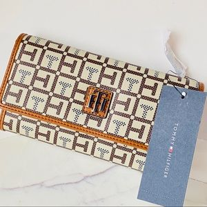 Tommy Hilfiger NWT Brown leather Wallet For Women